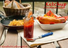 Ketchup fatto in casa | Ricette di CulturaLa ricetta: Ketchup home-made (per una bottiglietta da 150 g)  230 g di passata di pomodoro densa (o polpa finissima) 60 g di zucchero di canna 60 g di aceto bianco 6 g di sale 1/4 di cipolla 1/4 di cucchiaino di aglio in polvere In un pentolino mettere la passata di pomodoro con la cipolla tagliata a pezzi grossi e tutti gli altri ingredienti. Portare ad ebollizione e cuocere a fuoco dolce per 20-25 minuti, lasciando sobbollire e girando di tanto in…