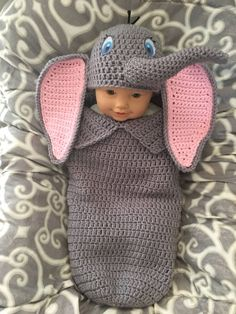 crochet baby cocoon Crochet baby dumbo cocoon and hat pattern Materials: Worsted weight yarn- Grey, Pink and small amount of black and crochet hooks Tapestry needle White, Blac Baby Dumbo, Baby Kostüm, Baby Set, Baby Kind, Baby Newborn, Dumbo Baby Shower, Baby Toys, Baby Clothes Patterns, Baby Knitting Patterns