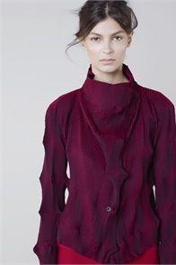 Sfilata Issey Miyake Paris - Pre-collezioni Primavera Estate 2013 - Vogue - Stunning purple-red color