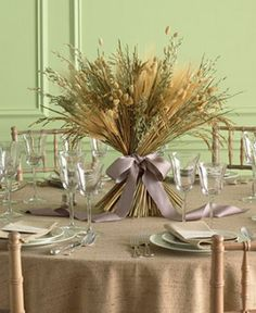 For an Autumn wedding this centerpiece is very beautiful with straw and wheat.