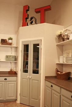 Corner pantry with double door Eck-Speisekammer mit Doppeltür - Own Kitchen Pantry Kitchen Pantry Doors, Kitchen Redo, Kitchen Remodel, Wall Pantry, Open Pantry, Pantry Closet, Kitchen Pantries, Corner Pantry Organization, Kitchen Ideas