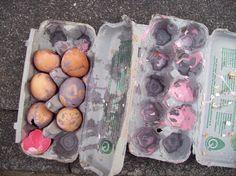 Kunstprojekt - Im Maleranzug mit farbgefüllten Eiern beworfen