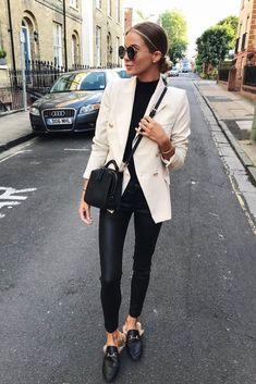 a3298df6f14a Mode femme casual chic : pantalon similicuir, petit pull noir, blazer beige  et mules