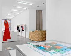 Simple and modern interior design for concept store Bergman in Frankfurt, Germany, by PHILIPP MAINZER (2002). Photo: Ingmar Kurth. #fashion #display #glass
