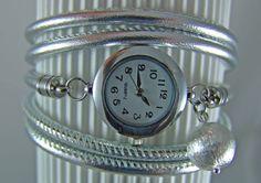 Eine Wickelarmbanduhr aus handschuhweichem Nappaleder in Silber Metallic.   Dieses Armband kann *5 Mal ums Handgelenk gewickelt* werden. +_(Wenn ...