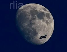 Fly me to the moon... ©FRANK RUMPENHORST/EPA/MAXPPP - A photograph made available on 10 June 2014 showing an plane flying past the waxing moon over Frankfurt Main, Germany, 09 June 2014.