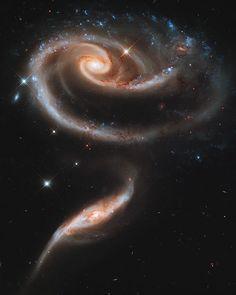 Foto de Arp 273, una Rosa hecha de Galaxias, que son una pareja de galaxias interactuando