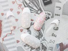 主張しすぎない薔薇のアートにパールをプラスしたブライダル・ウェディングネイルです。