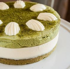 Matcha and marscapone tart. A very light and delicate tart with a matcha tea mousse layer and a mascarpone mousse layer on top of cake. topped with little mousse shells. Dessert Mousse, Matcha Dessert, Matcha Cake, Mousse Cake, Smoothie Au Matcha, Tart Recipes, Baking Recipes, Green Tea Recipes, Food