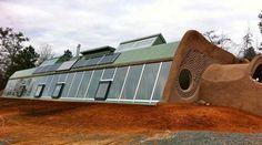 Un habitat autonome : la Géonef (ou earthship) Earthship Biotecture, Earthship Home, Green Architecture, Sustainable Architecture, Architecture Design, Natural Building, Green Building, Passive House Design, Passive Solar Homes