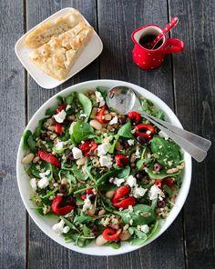 Det er sommer og sol – og det er tid for deilige, friske, fargerike og mettende salater! Denne salaten inneholder blant annet quinoa, som er en næringsrik frøsort som kan benyttes på samme måte som ri