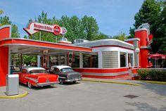 Beautiful art deco diner-drive in Vintage Diner, Retro Diner, Vintage Trucks, 1950s Diner, Pompe A Essence, Vintage Gas Pumps, Old Gas Stations, American Diner, Art Deco