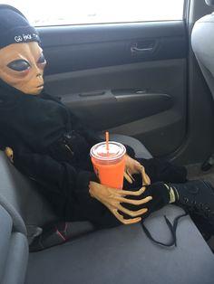 Aveces así veo a (v de bts) 😝👽💜 Aliens Guy, Aliens Meme, Les Aliens, Aliens And Ufos, Ps Wallpaper, Wallpaper Iphone Cute, Alien Aesthetic, Aesthetic Grunge, Images Aléatoires