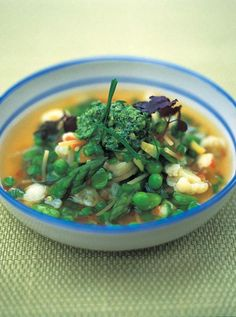 A beautiful veg-packed minestrone soup recipe from Jamie Oliver. This uses delicate spring vegetables so it comes together in just 45 minutes. Vegetarian Recipes Easy, Vegetable Recipes, Soup Recipes, Healthy Recipes, Healthy Soup, Vegetable Ideas, Vegetarian Soups, Pescatarian Recipes, Healthy Dishes