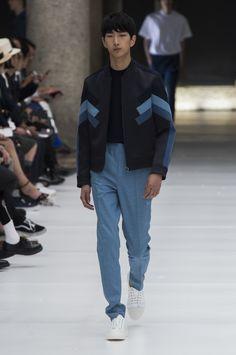 Jaqueta Bomber com recortes em azul, combinada a calça azul clara no desfile da Neil Barrett - Verão 2017/18. #Milão #Milan #MFW #menswear #catwalk #alfaiataria #tailoring #summer #FocusTextil