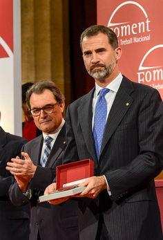 King Felipe VI of Spain (R) and President of Catalonia Artur Mas (L) present an award at the 'Medallas de Honor Premios Carles Ferrer Salat' at the Foment del Treball Nacional on December 11, 2014 in Barcelona, Spain.
