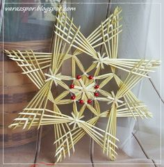 Ennek a 37 cm átmérőjű szalmacsillagnak a leírására a neten botlottam bele… Straw Weaving, Paper Weaving, Weaving Art, Basket Weaving, Handmade Christmas Tree, Noel Christmas, Holiday Ornaments, Straw Crafts, Xmas Crafts