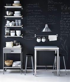 Los muros tipo tablero negro tiza, también son una excelente opción. Sobre todo en un espacio creativo donde puedes darle utilidad al mensaje, Love it