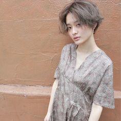 前髪長めのショートヘアはビンテージファッションにも良く合います! レトロな、気分をハイトーンで楽しんで。