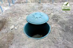 In jedes Gehege wird eine große Plastiktonne eingesetzt, die später mit Laub gefüllt wird: Hier können die Landschildkröten hervorragend überwintern.