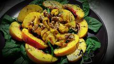 L'estate è il momento migliore per gustare questa insalata di pollo con curry e pesche. Il piatto è fresco, molto estivo, e colorato. #recipe #ricettealebea # ricette #food #spinaci #spinach #pollo #chicken #curry #pesca #peach #papavero #poppy #poppyseed