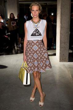 Look de Poppy Delevingne com saia + t-shirt.