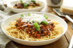 Direkt zum Rezept Pasta alla Puttanesca mit Linsen! Na, was sagt Ihr dazu? Das ist doch mal innovativ. Und dazu so einfach und schnell zu machen. Eine leckere Pasta-Soße mit roten Linsen, pürierten…