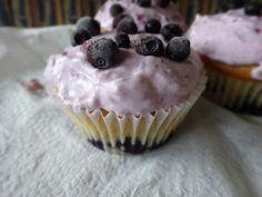 Heidelbeercupcakes mit Sauerrahmcreme Yummy Cupcakes, Creme, Desserts, Food, Baking, Dessert Ideas, Food Food, Tailgate Desserts, Delicious Cupcakes