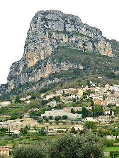 """#SaintJeannet : un #villageperché des Alpes-Maritimes : Petit village blotti au pied d'un imposant rocher (le """"baou""""), Saint-Jeannet fait le bonheur des passionnés d'escalade et des randonnées, mais aussi des amateurs de vieilles pierres. Nous vous proposons de découvrir ce village de l'arrière-pays niçois."""