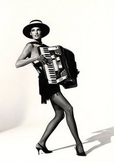 Linda Evangelista, * 1965, kanadisches model, die auf über 600 Magazin-Covers abgebildet ist, hier mit Akkordeon.  Foto von Arthur Elgort. Stichworte: #Accordion #Player #Celebrity #Photography