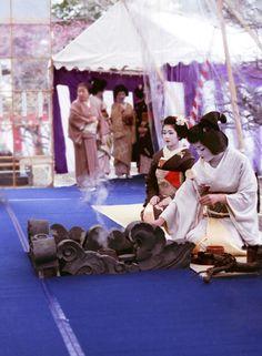 野点 by yocca, via Flickr. Baika-sai (Japanese apricot festival) Kitano-tenmangu shrine, Kyoto.