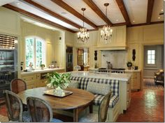 Love this country French kitchen, it is super elegant but so cozy at the same time!