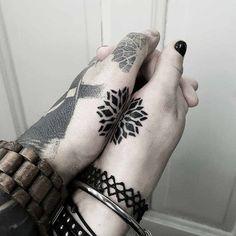 Matteo-Nangeroni-tatuaje-de-pareja-en-la-mano.jpg (1080×1080)