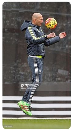 Head coach Zinedine Zidane of Real Madrid controls the ball during a training session at Valdebebas training ground on February 2016 in Madrid, Spain. Best Football Players, Sport Football, Soccer Players, Legends Football, Zinedine Zidane Real Madrid, Real Madrid Photos, Real Madrid Club, Madrid Football Club, Most Popular Sports