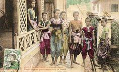 CAMBODGE 1911 - Phnom-Penh - Danseuses en promenade dans le Palais