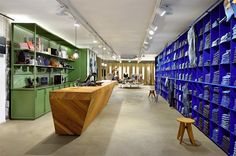 De Rode Winkel ('The Red Store'), is a multi-brand jeans shop. For its store in Woerden, The Netherlands, VEVS Interior Design created a new interior: Blue Jeans Wall. Fashion Store Design, Shoe Store Design, Retail Store Design, Retail Shop, Fashion Stores, Denim Display, Retail Solutions, Retail Fixtures, Cool Store