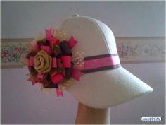 gorras decoradas con cinta - Buscar con Google Baby Hair Bows, Diy Hat, Little Girl Hairstyles, Headgear, Caps Hats, Headbands, Sewing Crafts, Baseball Hats, Crochet Hats