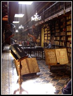 The library in Lima's San Francisco Monastery is one of the oldest and most… It is probably my all time favorite. Future Library, Dream Library, Library Books, Old Libraries, Public Libraries, Bookstores, Ex Libris, San Francisco, Beautiful Library