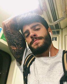 lokinha: se eu vejo esse homem no metro eu agarro slc Scruffy Men, Hairy Men, Beautiful Boys, Gorgeous Men, Under My Skin, Bear Men, Beard No Mustache, Hair And Beard Styles, Attractive Men