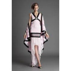 Eleganta si feminitatea acestei rochii din matase se accentueaza prin contrastul culorilor roz si negru si prin aplicatia brosei pe decolteu. Rochia prezinta broderii manual aplicate, insertii de tulle precum si o asimetrie fluida ce iti va conferi lejeritate. Poarta-l cu acest sal pe spate si vei avea o aparitie de invidiat!  Compozitie material: 100% matase Intretinere: curatare chimica High Low, Tulle, Two Piece Skirt Set, Elegant, Skirts, Dresses, Fashion, Embroidery, Classy