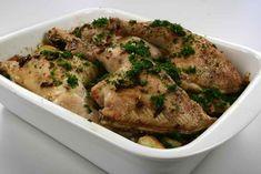 Skræl og skær kartoflerne i skiver. Lægges derefter i et smurt ovnfast fad. Krydr med salt, peber og rosmarin. <BR> <BR> Gnid kyllingelårene med hvidløg, og kryder med salt, peber og rosmarin, Provence, Mashed Potatoes, Pork, Food And Drink, Turkey, Meat, Chicken, Dinner, Ethnic Recipes