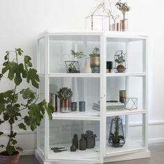 Stor udvalg i vitrineskabe. Vi har vitrineskab i jern og træ med og uden glasslåger