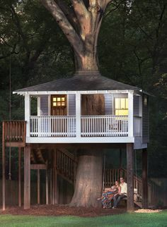 Room Envy: This Candler Park tree house is a Zen meditation room When Katharine and Howard Connell bought their Candler Park Victorian last year, they inherited a Craftsman-style tree house. The avid yogis have since transformed Style At Home, Tree House Plans, Tree House Homes, Cool Tree Houses, Tree House Designs, Zen Meditation, Shed Plans, Decoration Table, Craftsman Style