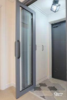 어은동 한빛 31평 아파트 인테리어 대전 아파트 리모델링-홈데코 인테리어안녕하세요 홈데코 인테리어입니... Tall Cabinet Storage, Locker Storage, Apartment Entrance, House Rooms, Mudroom, House Design, Living Room, Interior Design, Glass Doors