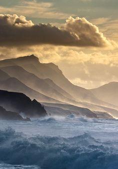 E as águas prevaleceram excessivamente sobre a terra; e todos os altos montes que havia debaixo de todo o céu, foram cobertos. Gênesis 7:19