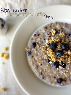 Slow Cooker Blueberry Muffin Oats | Dishing Out Health- crockpot steel cut oats with quinoa and flax