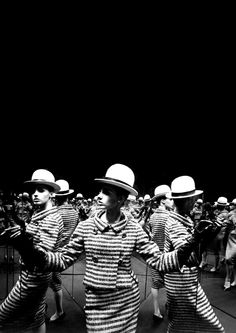 Antonia Mirrors, Paris 1962 William Klein Allen Allen Housh - you need a 3 way mirror like this to photograph your daily ensembles ! Artistic Photography, Love Photography, Black And White Photography, Susan Sontag, Ysl Saint Laurent, William Klein, Sixties Fashion, Fashion Photography Inspiration, Fashion Inspiration