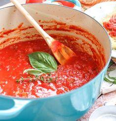 Heerlijk de geur in de keuken van zelf gemaakte pastasaus. Eentje die je gemakkelijk zelf kan maken en ook nog eens gezonder dan de kant-en-klaar sauzen. Vanuit die basis tomatensaus kun je natuurlijk gemakkelijk de saus met vlees en/of groentes aanvullen tot je een volledige tomatensaus hebt. Dit recept kwam ik eens tegen op 10xgezonder.nl …