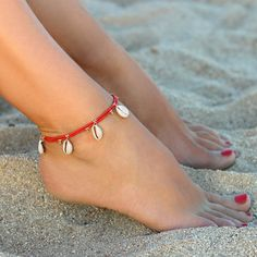 The seashell jewelry: a single ticket to the beach – Les Trouvailles d'Elsa - Beach Jewelry Bracelet Crafts, Jewelry Crafts, Handmade Jewelry, Ankle Jewelry, Ankle Bracelets, Feet Jewelry, Seashell Jewelry, Beach Jewelry, Hip Hop Mode