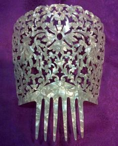 Exclusive accessories for the bride and ceremony in Castellón: Veils and Mantilla … Vintage Hair Combs, Barrettes, Vintage Purses, Hair Ornaments, Single Women, Quinceanera Dresses, Vintage Hairstyles, Hair Pins, Bride